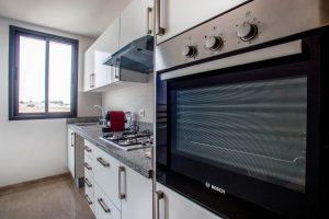Cuisine américaine dans un appartement témoin à Mansouria Beach Resort Mohammedia Bouznika