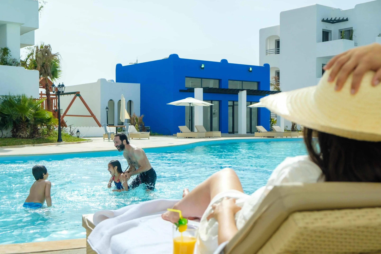 Famille dans une piscine en residence Mansouria Beach Resort Mohammedia Bouznika - Accueil